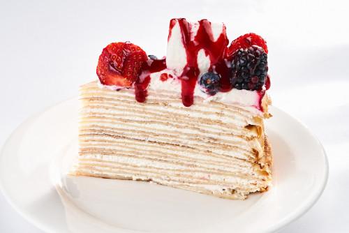 Блинный торт с ягодами и маршмеллоу (порция)